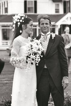 La robe de mariée de Minnie Cushing lors de son mariage avec Peter Beard http://www.vogue.fr/mariage/inspirations/diaporama/robes-de-marie-vintage-vues-sur-pinterest-dior-ysl-balenciaga-pierre-cardin-birkin-bardot/22344#la-robe-de-marie-de-minnie-cushing-lors-de-son-mariage-avec-peter-beard