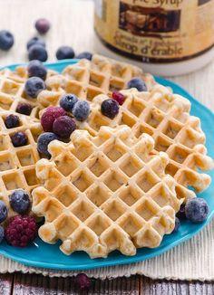"""Superlekkere """"gezonde""""wafels. Heb wel stiekem een zakje vanillesuiker toegevoegd... En speltbloem gebruikt. Heerlijk met verse aardbeien en een schep Griekse yoghurt."""