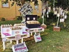 """Rincón decorado por flores Jacinta para la #boda de Sergio y Reme con nuestras #alpargatas para el baile. Las invitadas tuvieron todo lo necesario para aguantar todo el """"guateque""""."""