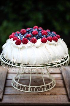 tort bezowy pavlova Polish Cookies, My Recipes, Cooking Recipes, Pavlova, Meringue, Tiramisu, Raspberry, Deserts, Sweets