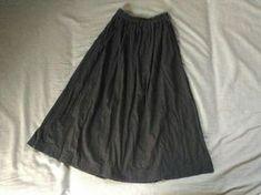 ウエストゴムのギャザースカートの作り方です。 直線なので切るのも縫うのも簡単です。 1日で完成できると思います。 ★他にも子供服やワンピースなどの無料型紙を公開しています→ 無料型紙まとめページ サイズ 身長160cm前後で膝下丈になります。丈を...