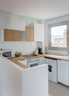 Cuisine intégrée ouverte total look blanc et bois - réaménagement d'un 60 m2 parisien par Mon Concept Habitation