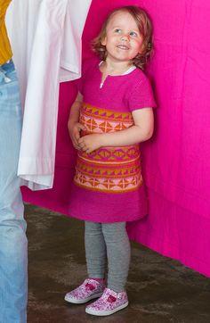 Tytön suloinen Karkkipäivä- neulemekko on mukavan joustava ja pysyy hyvin vauhdissakin paikallaan.Malli: Tekstiiliteollisuus / Niina KaakkurivaaraKoko: 2-4