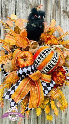 Halloween Owl, Rustic Halloween, Halloween 2020, Owl Wreaths, Mesh Wreaths, Halloween Decorations, Halloween Wreaths, Autumn Decorations, Diy Wreath
