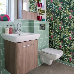 Bathroom Wallpaper Ideas Bold Botanical Print X Ideal Bathroom Sink Ideas For Small Bathroom Space - thelatestdailynews Tropical Bathroom, Boho Bathroom, Bathroom Styling, Small Bathroom, Botanical Bathroom, Bathroom Shelves, Bathroom Cabinets, Bathroom Storage, Bathroom Interior