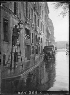 Après la pluie (Homme allumant un bec de gaz) / After the rain (Man lighting a gas lamp), Paris, 1927, André Kertész.