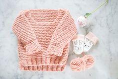 oppskrift på baby-skappelgenser | krist.in Halloween Bottle Labels, Potion Labels, Knitted Hats, Crochet Hats, Baby Mattress, Religion, Cheap Halloween, Baby Pillows, Baby Play