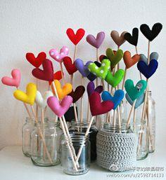 Ideas para realizar con fieltro, corazones para decorar algún rincón. Visto en el blog de mamás Creativas.