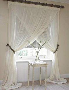 カーテンは窓枠のサイズを測ってピッタリの物をレールにかける。というのは普通のやり方。カーテンの生地質やデザインを活かして、あんな組み合わせこんな組み合わせ。レールのフックに一つ一つ掛けるのではなく、思い切ってあんな風に?!なるほどと思えるカーテン使いをご紹介します! | ページ1