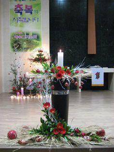 Creative Flower Arrangements, Church Flower Arrangements, Church Flowers, Christmas Flower Decorations, Flower Chart, Kirchen, Ikebana, Funeral, Flower Designs
