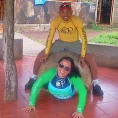 O que dizer dessa foto? 1. Somos turistas e pagamos mico mesmo! 2. Santa Tartaruga . 3. OP (@oceanpacific) nos patrocinem! 4. Sai logo daí @willianbiker! Ilhas Galápagos (2013). #viagenspararecordar #umlugarparavoltar #ecuador #equador #ilhas #arquipelago #galapagos #tartaruga #tortuga #turtle #trip #travel #remember #adventure #nature #southamerica #islands #islas #op #oceanpacific