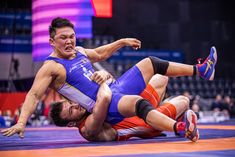 Magomed KURBANOV (RUS) Rolls Ulziisaikhan BAASANTSOGT (MGL). A freestyle match at 92kg. Olympic Wrestling, Men In Uniform, Sport Photography, Matcha, Olympics, Balls, Cool Pictures, Competition, Running