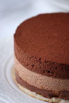Une recette de dessert de fête à découvrir: un entremets au chocolat, avec quatre couches chocolatées - deux couches de mousse, une de praliné et un biscuit