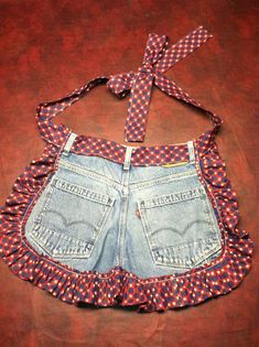 Old jeans repurposed - just add a little fabric for a ruffle and tie. (repurpose clothing refashioning old jeans) Jean Crafts, Denim Crafts, Artisanats Denim, Denim Purse, Jean Apron, Blog Couture, Denim Ideas, Sewing Aprons, Sewing Jeans