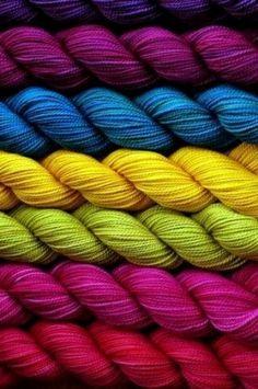Madejas de hilo de colores apilados.