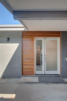 Dexter Way Mid-Century Modern — Cadence Design Studio Ranch Exterior, Bungalow Exterior, Exterior Remodel, Exterior House Colors, Exterior Design, Mid Century Modern Door, Mid Century Exterior, Mid Century House, Dexter