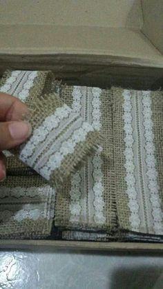 Porta guardanapo feito com juta Burlap Lace, Hessian, Crafts To Make, Diy Crafts, Burlap Crafts, Napkin Folding, Wedding Napkins, Event Decor, Decorative Items