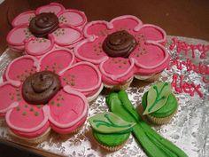 Bolo d flores feito de cupcakes