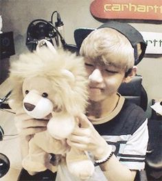 TAETAE and his lion again #WhyCantIbeThatLion