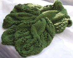 Victorian Rose Scarf est un projet de foulard rapide qui peut être tricoter dans nimporte quel type de fil. Ce serait merveilleux dans un coton ou dentelle poids ainsi. Le modèle lacey donne lécharpe un formidable drapé et rend formidable à utiliser comme un accessoire de la saison estivale.  Directions sont données 2 portions de lécharpe et ensuite cousues ensemble. Toutefois, si vous sont plus avancés et souhaitez un plâtre provisoire sur peut être utiliser pour obtenir le look même sans…