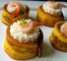 Tajadas de plátano maduro con arroz y camarón como aperitivo. #PasabocasColombianos