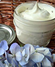PIEL GRASA! Ingredientes: 5 gotas de aceite esencial geranio, 5 gotas de aceite esencial lavanda, 60 gr de aceite vegetal jojoba, una lámina de cera de abejas 7 x 7, un recipiente, dos vasos de cristal Instrucciones: Calienta un vaso al baño maría, y luego dentro del vaso coloca la lámina de cera de abejas a fuego lento hasta que se derrita. En el otro vaso coloca los 60 gr de aceite de jojoba, el cual es ideal para piel grasa por  sus propiedades antioxidantes.