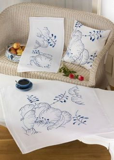 This Pin was discovered by emb Vintage Embroidery, Embroidery Stitches, Embroidery Patterns, Hand Embroidery, Stitch Patterns, Fabric Paint Designs, Painted Clothes, Cutwork, Cushion Covers