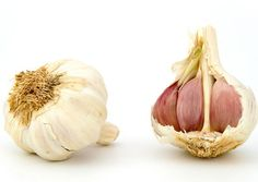 Garlic is delicious but it also has many health benefits. Check out our guest authors take on 12 amazing health benefits of garlic and how it can help you! Raw Garlic, Organic Garlic, Maca Pulver, Halitosis, Garlic Health Benefits, Acne Cream, Natural Antibiotics, Holistic Nutrition, Nutrition Education