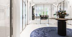 Casper Schwarz Architects project Jones Day Amsterdam, Classic modern interior design, table, round carpet rug, coffee bar
