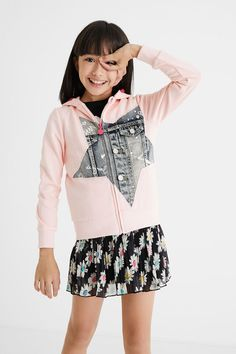 Sweat-shirt capuche patch jean Desigual - 😍 Découvrir ici - #SweatshirtFille #Desigual #Sweatshirt #VetementsFille #modefille #SweatshirtDesigual #Sweatshirtacapuche Sweat Shirt, Jacadi, Hooded Sweatshirts, Hoodies, Jeans, Contrast, Patches, The Originals, Cowls