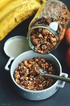 Domowa granola to kwintesencja pysznego leniwego śniadania! Świeżo upieczona wypełnia aromatem cały dom. Pyszna, zdrowa i mega chrupiąca! Bez cukru i oleju.