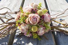 ROUWWERK EN GRAFSTUKKEN Kasjpo maakt rouwwerk en grafstukken op aanvraag. Op deze pagina vind je een greep uit ons aanbod. Wil je meer informatie of wil je net iets anders? Contacteer ons op 0468 23 86 97 of via ons contactformulier. Of spring gerust eens binnen om een kijkje te nemen. Je bent welkom in de … Floral Bouquets, Wedding Bouquets, Floral Wreath, Grave Decorations, Funeral Flowers, In Loving Memory, Diy Organization, Flower Power, Flower Arrangements