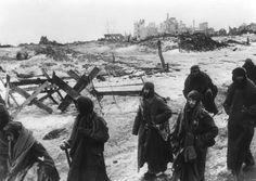 Auf dem Weg nach Sibirien: 260.000 deutsche Soldaten werden im November 1942 von der Roten Armee eingekesselt. Etwas mehr als hunderttausend Wehrmachtsoldaten überleben die Schlacht von Stalingrad. Sie geraten in sowjetische Gefangenschaft. Nur etwa 5000 von ihnen stehen die Haftzeit in den sibirischen Lagern durch.