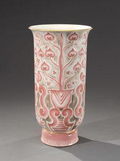 MANUFACTURE NATIONAL DE SÉVRES, décor d'ADRIEN LEDUC  - Vase cornet en porcelaine[...]   Dans la vente Arts Décoratifs du XXème (Drouot) à Aguttes