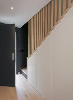 Staircase Design Modern, Small Staircase, Home Stairs Design, House Design, Small Apartment Design, Small Apartments, Stair Paneling, House Stairs, Home Deco