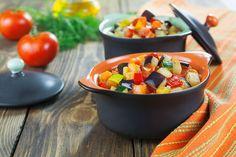Тыква — овощ диетический и, вместе с тем, богатый полезными свойствами. Раскрыть их помогут блюда из тыквы в пароварке, точнее, овощное соте. Нарезаем кубиками 300 г мякоти тыквы, 2 очищенных кабачка и баклажан. Режем кубиками 2 сладких перца, луковицу шинкуем полукольцами, 4 зубчика чеснока рубим ножом. Выкладываем овощную смесь в пароварку, заливаем 2 ст. л. подогретого оливкового масла и готовим час. В конце добавляем соль, перец и сушеные травы, томим соте еще 15 минут.