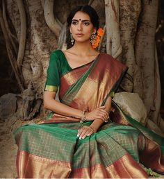 Silk saree with marigold flowers is perfection! Indian Attire, Indian Wear, Indian Outfits, Indian Clothes, Indian Silk Sarees, Indian Fabric, Ethnic Sarees, Beautiful Saree, Beautiful Outfits