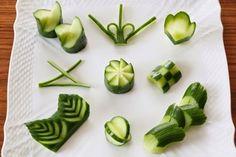 身近なお野菜のキュウリは、飾り切りの種類がとっても豊富です。今回はその中でも簡単に出来、用途も多い「切り違い」と「花」をご紹介したいと思います。