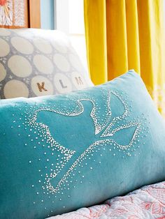 DIY - Puffy Paint Pillow - Love this look (negative space). I wouldn't do it with puffy paint. I would do it with French knots instead! Pintura Puff, Diy Pillows, Cushions, Pillow Ideas, Sewing Pillows, Puff Paint, French Knots, Colorful Pillows, Diy Painting