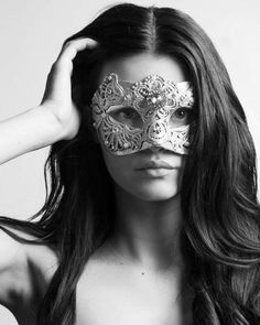 Colombina Macrame Gold Masquerade Mask. This mask if for a true lady, a powerful, confident woman who is not afraid to show her femininity and reveal her most intimate dreams. vivomasks.com