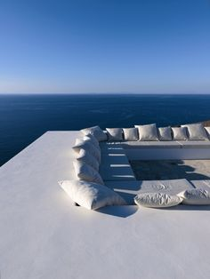 Sky, sea, and a lux lounge – surrounded by blue and white. Yes, please!