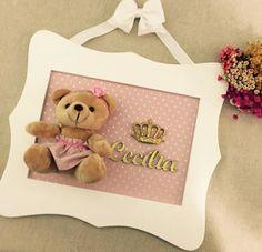 Guirlanda Porta Maternidade, confecciona em MDF pintado a mão com detalhes em tecido tricoline 100%, coroa dourada e aplique com nome dourado. Urso pode sofrer variação conforme estoque de material.  MED: 28 X 31 cm