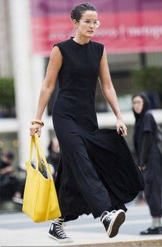 black dress, converse, and a yellow sunny touch . Over 50 Womens Fashion, Fashion Week, Spring Fashion, Fashion Looks, Modest Fashion, Fashion Dresses, Converse Style, Unique Outfits, Skirt Outfits