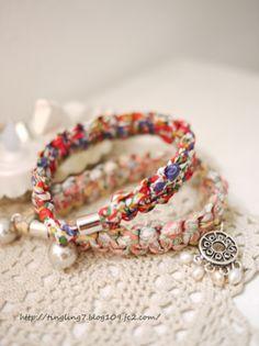 いらないハギレ布を編むだけ!可愛い三つ編みブレスをDIY - Locari(ロカリ) Fabric Bracelets, Fabric Jewelry, Diy Jewelry, Jewelery, Cute Crafts, Diy And Crafts, Japanese Jewelry, Diy Accessories, Handicraft