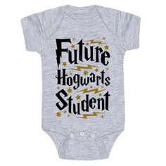 This Harry Potter baby shirt is a perfect choice of baby shower gift for any nerdy parents you happen to know, or to show off that your own little bundle of magic is a future Hogwarts student! Show your pride in the wizarding world with this nerdy baby gi Baby Harry Potter, Baby Shower Harry Potter, Theme Harry Potter, Harry Potter Baby Clothes, Nerdy Baby Clothes, Diy Clothes, Harry Potter Nursery, Funny Clothes, Babies Clothes