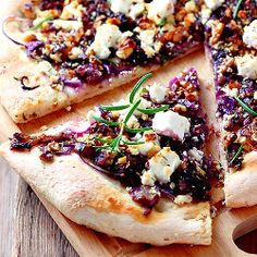 Pizza with caramelized onions, goat cheese and rosemary (Text in Bulgarian with translator)