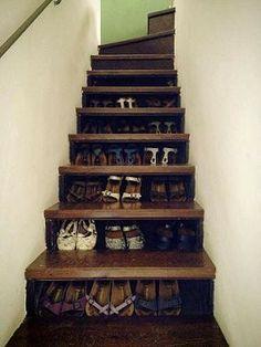 Rangement pour chaussures dans les marches de l'escalier.