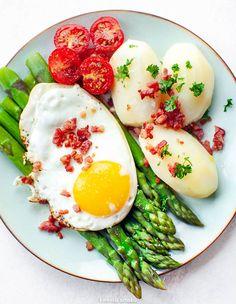 Szparagi z jajkiem sadzonym, ziemniakami i boczkiem Kefir, Healthy Recipes, Healthy Food, Food And Drink, Eggs, Dinner, Breakfast, Diet, Recipes