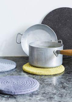 1609 Grytekluter. Heklet trekk til gryteunderlag Crochet Home, Dish Towels, Kitchen And Bath, Diy, Design, Skincare, Hot Pads, Kitchen Playsets, Knitting And Crocheting