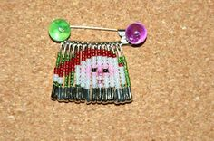 Crafty Lynn: November 2009 Safety Pin Art, Safety Pin Crafts, Safety Pins, Beaded Crafts, Beaded Ornaments, Jewelry Crafts, Safety Pin Bracelet, Safety Pin Jewelry, Loom Beading